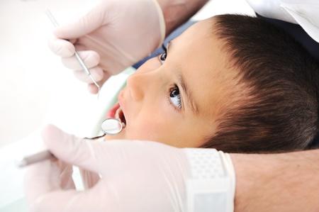 karies: Tänder checkup på tandläkare kontor