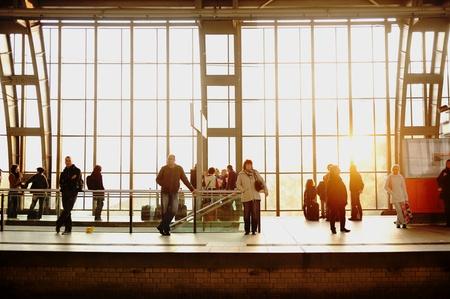 estacion de tren: Las personas que esperaban en la estación de tren Editorial