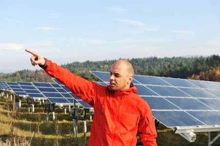 radiacion solar: Trabajador de sexo masculino en el campo de paneles solares