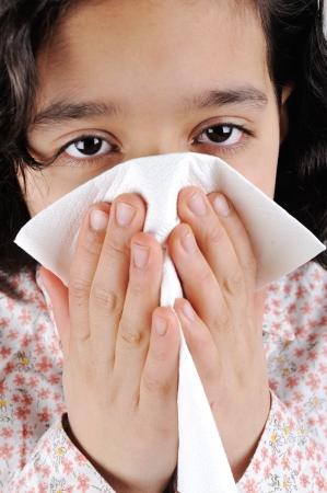estornudo: Poco niña enferma que tiene la gripe Foto de archivo