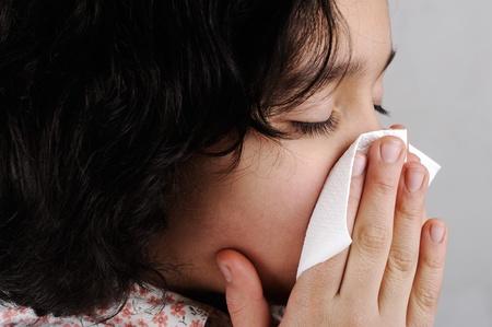ni�os enfermos: Ni�a se suena la nariz Foto de archivo
