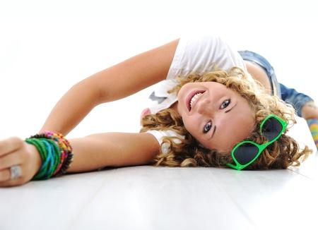 al reves: La muchacha adolescente linda con el pelo rizado tendido en el suelo Foto de archivo