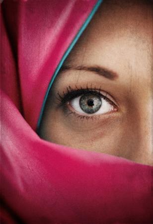 femme musulmane: La moitié du visage en écharpe bleue