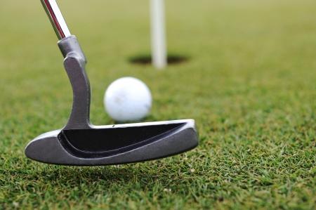 hole: Golf Schl�ger und Ball auf dem gr�nen Rasen