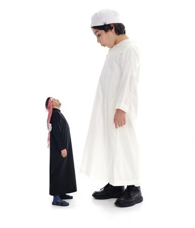 enano: Árabe grande y adulto pequeño, y el niño