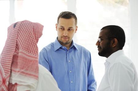 La gente de negocios diferentes culturas y razas que hablan