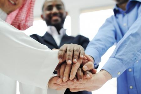multi race: Equipo de negocios se superponen manos