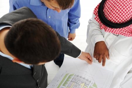 hombre arabe: Arquitectos en Oriente Medio discusión del proyecto de ingeniería de diseño Foto de archivo