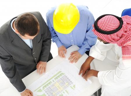 hombre arabe: Arquitectos en Medio Oriente discutir proyecto de dise�o de ingenier�a