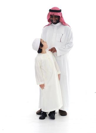 hombre arabe: Padre �rabe musulmana y su hijo de pie juntos