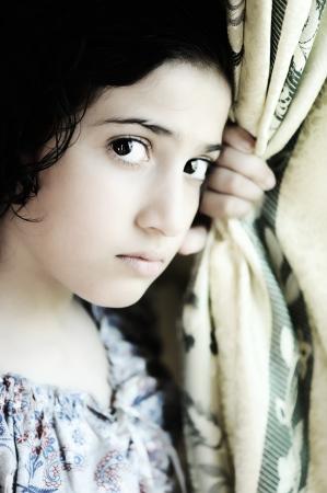 mirada triste: Chica emocional frente a Foto de archivo