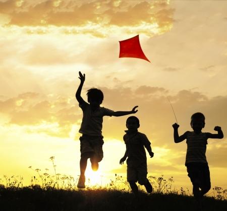 Des enfants qui courent avec cerf-volant Banque d'images
