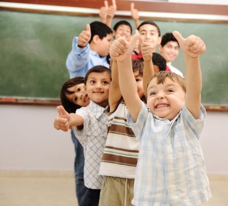 niños estudiando: Los niños en el aula de la escuela Foto de archivo