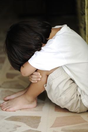 niño llorando: Niño solo solitario