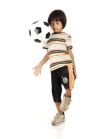 jugando futbol: Ni�o jugando f�tbol aisladas sobre fondo blanco Foto de archivo