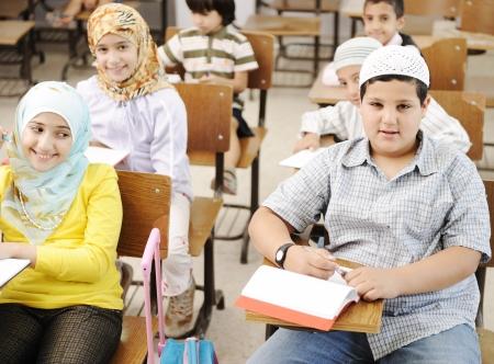 petite fille musulmane: Arabes du milieu des �tudiants de l'Est � l'�cole Banque d'images