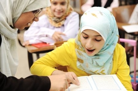 fille arabe: Les enfants à l'école en classe Banque d'images