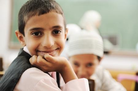 petite fille musulmane: Les enfants de classe de l'école Banque d'images