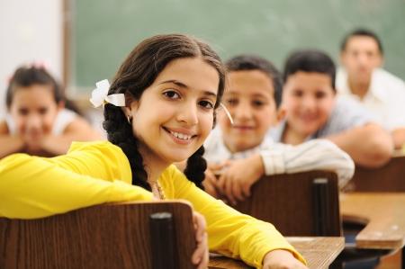 niños en la escuela: Los niños en el aula de la escuela Foto de archivo