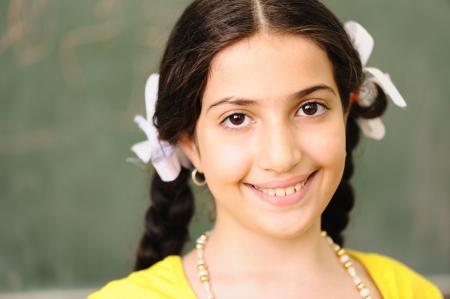 petite fille musulmane: Les enfants à l'école en classe Banque d'images