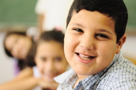 sobre peso: Los niños en el aula de la escuela Foto de archivo