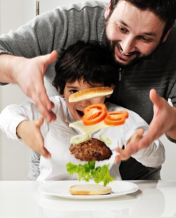 ni�os cocinando: Conceptual fotograf�a - volando ingredientes de la hamburguesa. Foto de archivo
