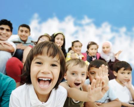 grote groep mensen: Menigte van kinderen, verschillende leeftijden en rassen in de voorkant van de school, Breaktime