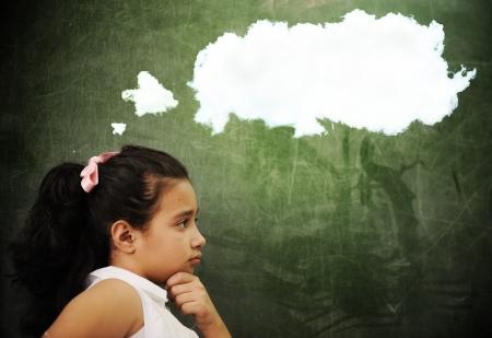 pensamiento creativo: Las actividades de educación en el aula en la escuela, el pensamiento chica inteligente, copia espacio