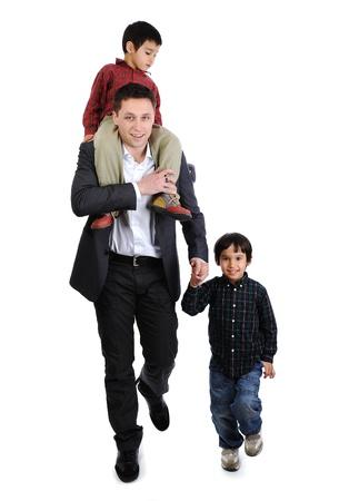 shoulder ride: Padre e hijos dando un paseo