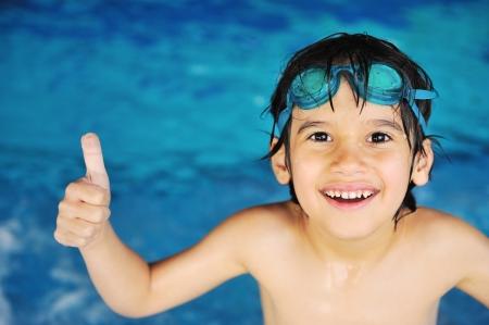 Kleine jongen bij het zwembad Stockfoto