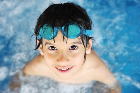 Kleine jongen bij zwembad
