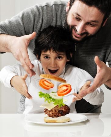 ni�os cocinando: Ni�os y padre haciendo hamburguesas juntos