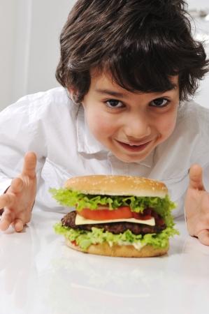 comiendo pan: Ni�o peque�o lindo con hamburguesa