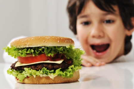 Ni�o lindo con hamburguesa photo