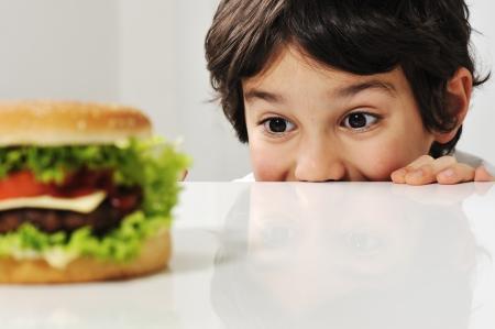 comida arabe: Chico y una hamburguesa