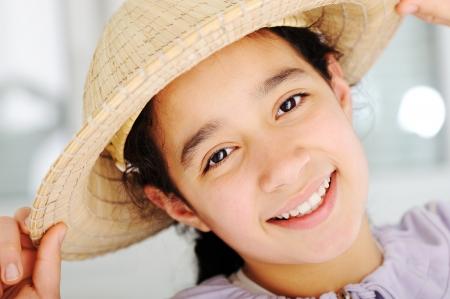 petite fille musulmane: Cute girl teen avec chapeau