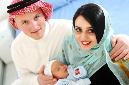 fille arabe: Mère arabe et le père avec le bébé à la maison