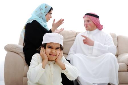 mujeres peleando: Lucha par el árabe y el sufrimiento infantil