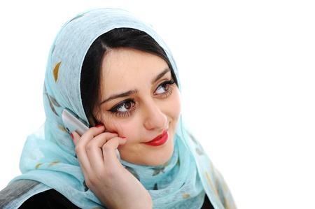 fille arabe: Fille arabe parlant au téléphone cellulaire Banque d'images