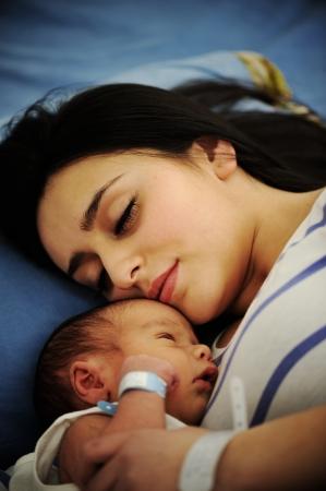 bebes recien nacidas: Mujer con su beb� reci�n nacido 2 d�as de edad Foto de archivo