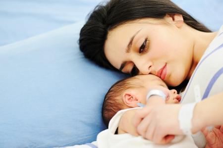 Mujer con su bebé recién nacido 2 días de edad