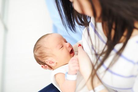 lactancia materna: Madre que amamanta a su recién nacido