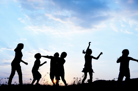 playing: Ni�os felices que juegan en verano caliente