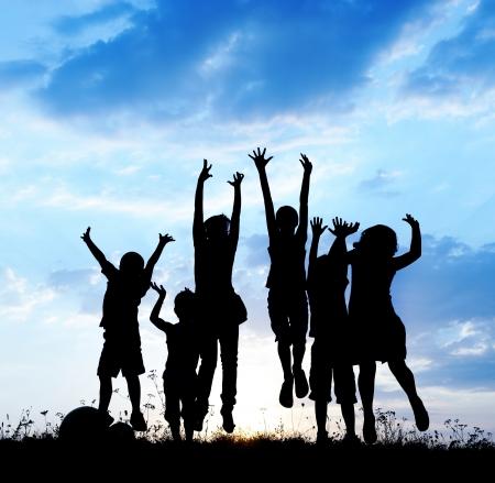 niños felices: Niños felices que juegan en verano caliente