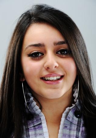 perfil de mujer rostro: Cara hermosa chica morena sonriente