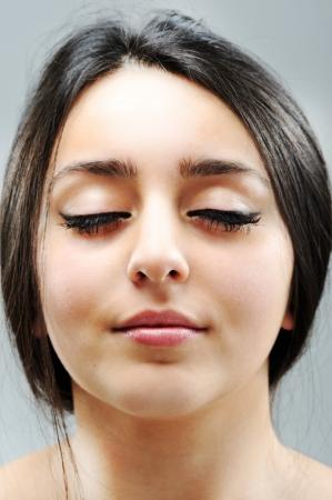 visage femme profil: Beau visage fille brune