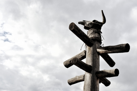 totem indien: Totem avec crâne Banque d'images