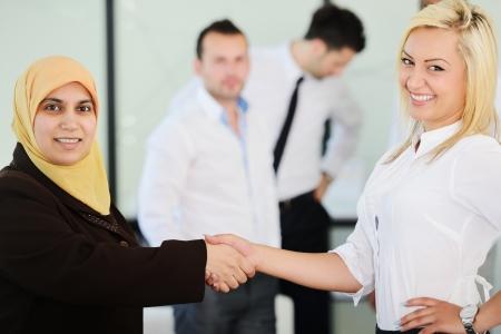 fille arabe: Un groupe de gens d'affaires arabes handshaking pour un accord
