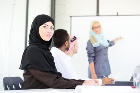 femmes muslim: Arabe du Moyen-Orient femme ayant une présentation d'affaires avec la carte, copie, espace