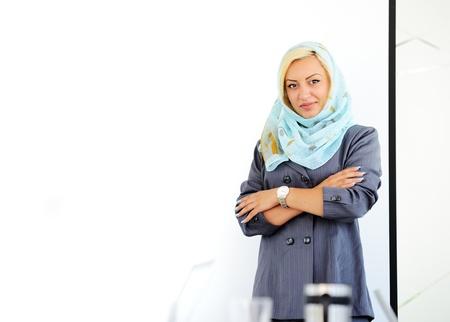 fille arabe: Arabe musulmane avec copie espace pour le tableau de présentation